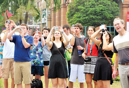 นักท่องเที่ยวต่างชาติหลายพันคนเดินทางมาเยือนเวียดนามในช่วงต้นปีใหม่ - ảnh 1