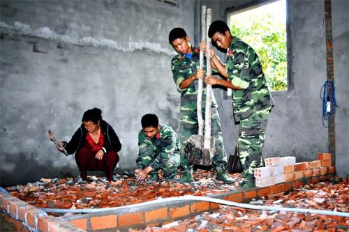 การฉลองเทศกาลตรุษเต๊ตระหว่างประชาชนกับทหารในตำบลชนบทใหม่ หมีแค๊ง - ảnh 1
