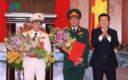ประธานประเทศ เจืองเติ๊นซาง มอบมติเลื่อนยศให้แก่เจ้าหน้าที่ทหาร - ảnh 1