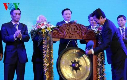 นายกรัฐมนตรีเข้าร่วมการฉลอง15ปีการจัดตั้งตลาดหลักทรัพย์นครโฮจิมินห์ - ảnh 1