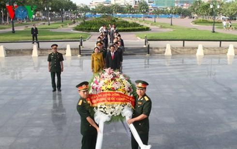 วางพวงมาลาเพื่อสำนึกในบุญคุณทหารพลีชีพเพื่อชาติในกรุงพนมเปญ - ảnh 1