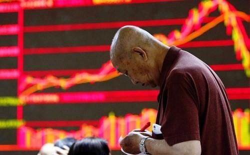 ตลาดหลักทรัพย์ของจีนดิ่งหนักปรับตัวลดลง - ảnh 1