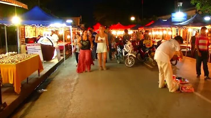เที่ยวตลาดกลางคืนหลวงพระบาง - ảnh 1