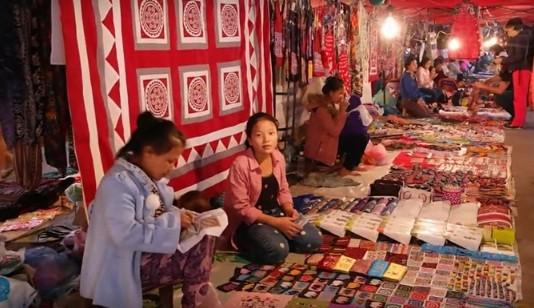 เที่ยวตลาดกลางคืนหลวงพระบาง - ảnh 2