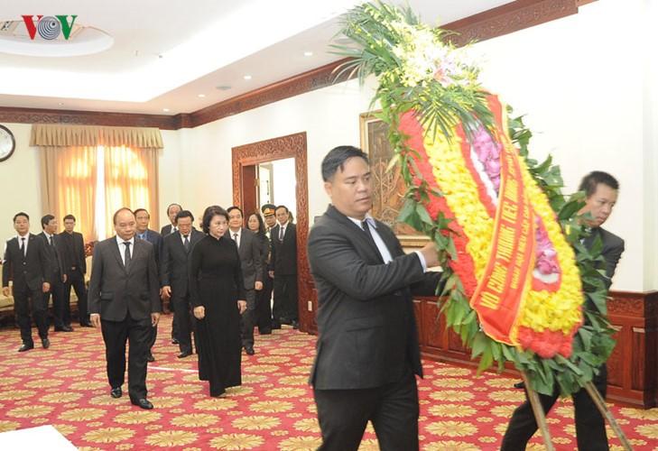 คณะผู้แทนระดับสูงของพรรคและรัฐเวียดนามเข้าร่วมพิธีไว้อาลัยอดีตประธานรัฐสภาลาวสะหมาน วิยะเกด - ảnh 1