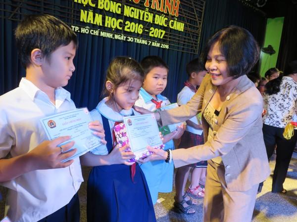 นักเรียนยากจน 181 คนได้รับทุนการศึกษา เหงียนดึ๊กแก๋ง - ảnh 1