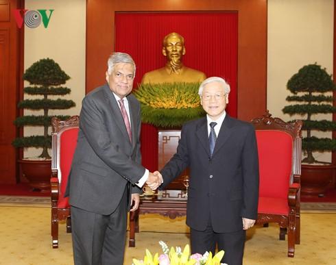 เลขาธิการใหญ่พรรคคอมมิวนิสต์เวียดนามและประธานประเทศเวียดนาม ให้การต้อนรับนายกรัฐมนตรีศรีลังกา  - ảnh 1
