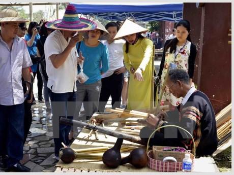 บรรยากาศที่เต็มไปด้วยสีสันในวันงานวัฒนธรรมชนเผ่าต่างๆของเวียดนาม - ảnh 1
