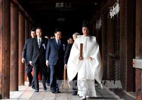 ส.ส ญี่ปุ่นนับสิบนายเดินทางไปสักการะศาลเจ้ายาสุคุนิ - ảnh 1