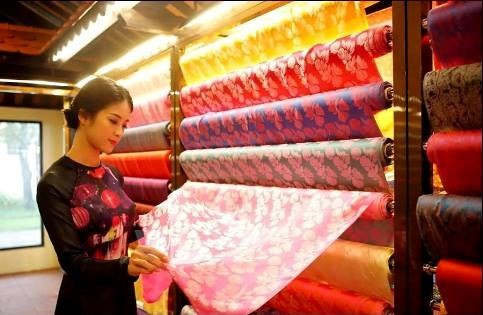 เฟสติวัลผ้าไหม-ผ้าพื้นเมืองเวียดนามและโลก 2017 จะมีขึ้น ณ เมืองเก่าฮอยอาน จังหวัดกว๋างนาม - ảnh 1
