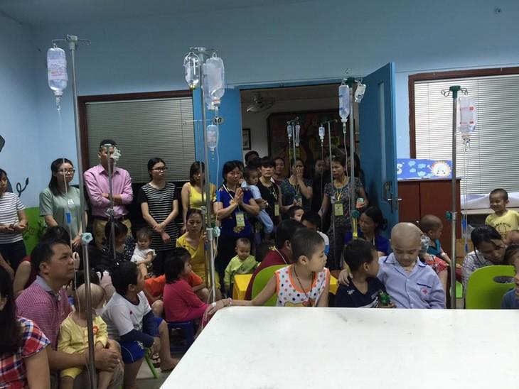 กิจกรรมช่วยเหลือเพื่อการกุศลให้แก่เด็กในโรงพยาบาลโลหิตวิทยาส่วนกลาง - ảnh 2