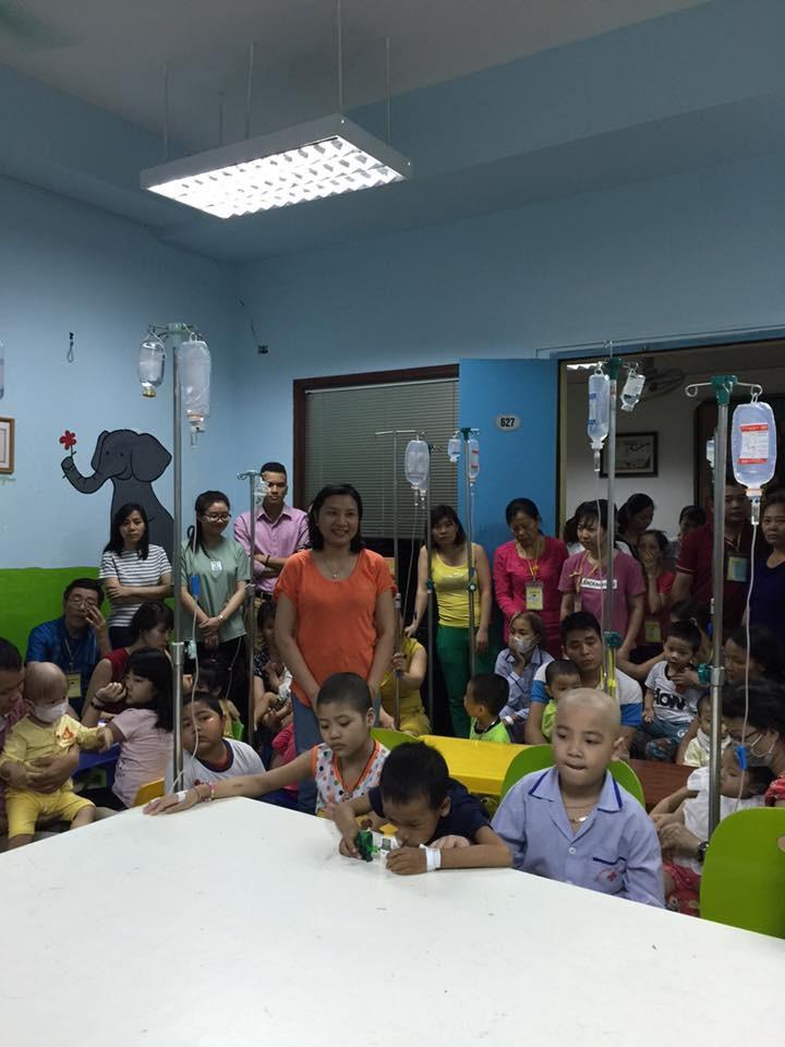 กิจกรรมช่วยเหลือเพื่อการกุศลให้แก่เด็กในโรงพยาบาลโลหิตวิทยาส่วนกลาง - ảnh 3