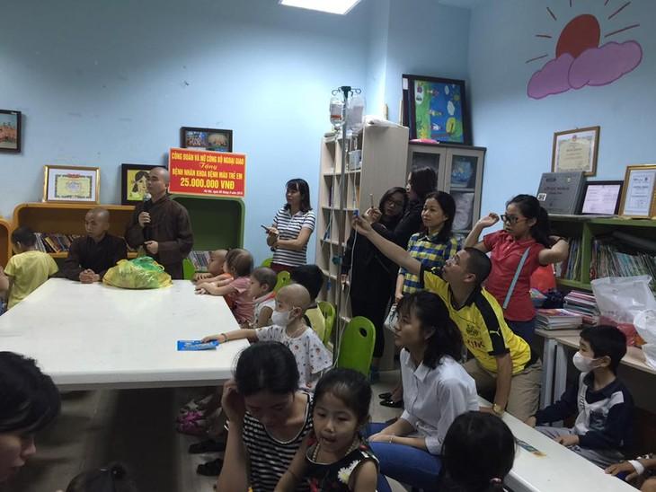 กิจกรรมช่วยเหลือเพื่อการกุศลให้แก่เด็กในโรงพยาบาลโลหิตวิทยาส่วนกลาง - ảnh 1