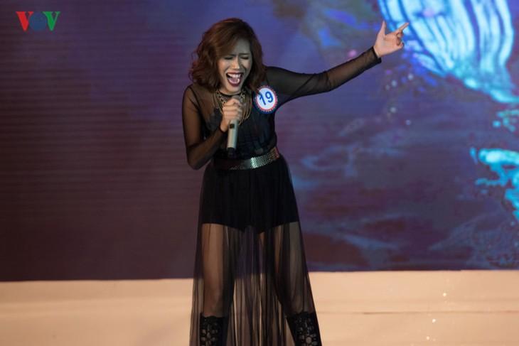 พบปะกับ Darlin Joy Baje นักร้องที่คว้าแชมป์ในการประกวดเสียงเพลงอาเซียนบวก 3 ปี 2017 - ảnh 2