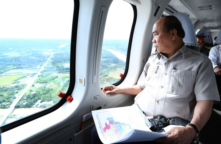นายกรัฐมนตรี เหงียนซวนฟุก ตรวจสอบผลกระทบจากการเปลี่ยนแปลงของสภาพภูมิอากาศในเขตที่ราบลุ่มแม่น้ำโขง - ảnh 1