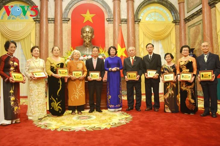 รองประธานประเทศ ดั่งถิหงอกถิ่ง ให้การต้อนรับคณะอดีตครูอาจารย์ชาวไทยเชื้อสายเวียดนาม - ảnh 1