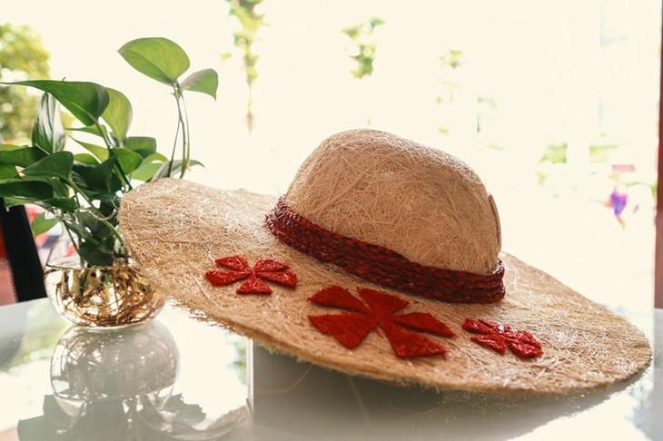 Ben Tre-born student turns coir into hats - ảnh 2