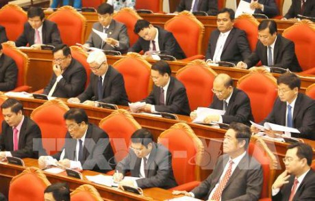 Party Central Committee discusses raising political system's efficiency - ảnh 1