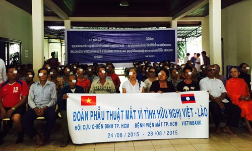 Vietnamese doctors provide free eye surgery for poor Lao patients - ảnh 1