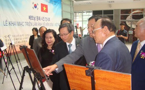 Photo exhibit on China's reclamation, island building in the East Sea held in RoK - ảnh 1