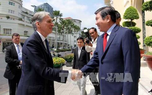胡志明市人民委员会主席阮成峰会见英国外交大臣哈蒙德 - ảnh 1