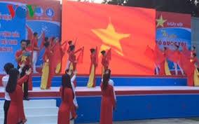 """胡志明市举行庆祝南部抗战日71周年的""""为我的祖国越南自豪""""艺术晚会 - ảnh 1"""