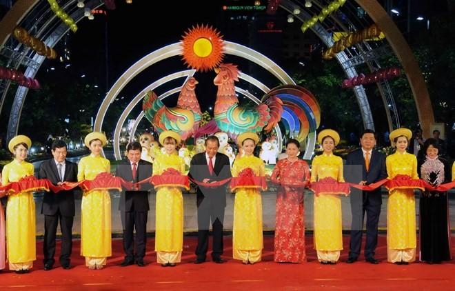 越南国会主席阮氏金银出席2017年丁酉春节阮惠花街开幕式 - ảnh 1