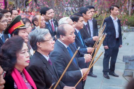越南政府总理阮春福出席栋多丘庙会 - ảnh 1