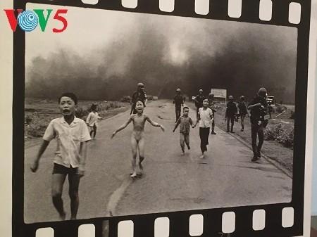 摄影师黄功吾向越南妇女博物馆捐赠《战火中的女孩》 - ảnh 1