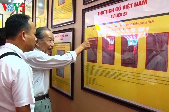 """""""黄沙、长沙归属越南——历史和法理证据""""地图和资料展在广平省举行 - ảnh 1"""