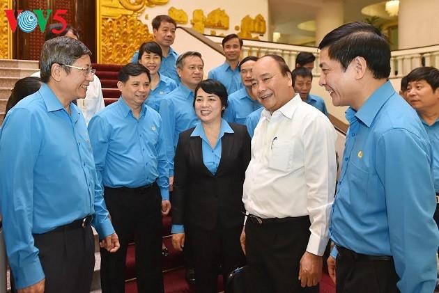 阮春福:领导人要加强与工人和劳动者进行对话 - ảnh 1