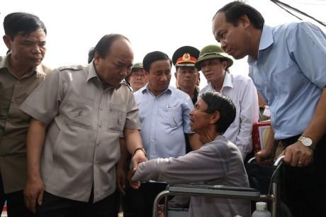 阮春福视察和指导中部各省解决台风造成的影响 - ảnh 1