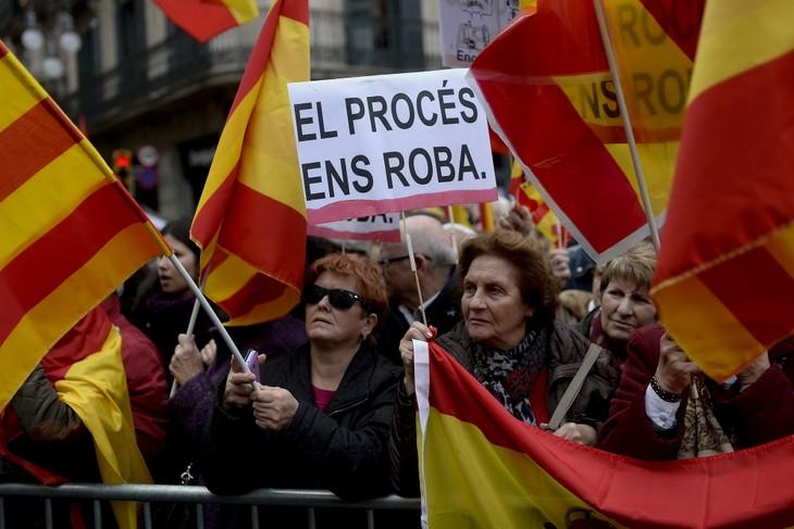 Catalogne : 350.000 personnes manifestent contre l'indépendance à Barcelone - ảnh 1