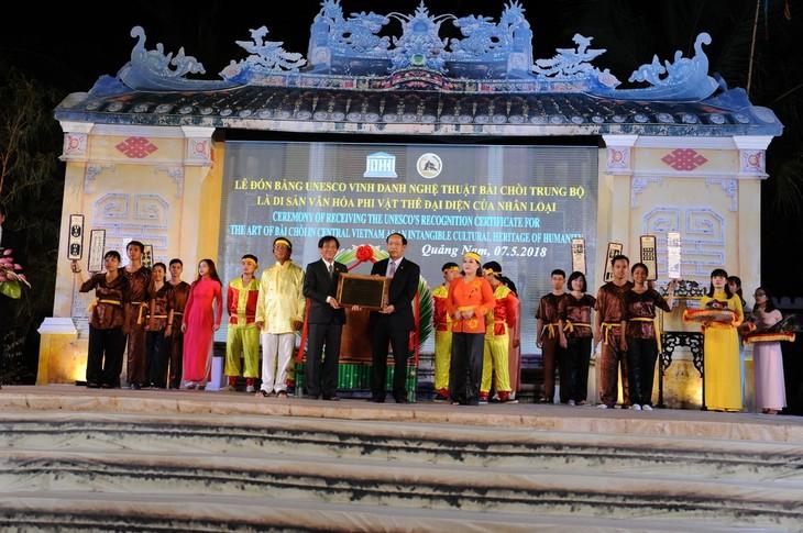 Quang Nam fête le certificat de patrimoine culturel mondial pour le chant bài chòi  - ảnh 1