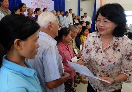 Данг Тхи Нгок Тхинь навестила и вручила подарки семьям льготной категории и детям - ảnh 1
