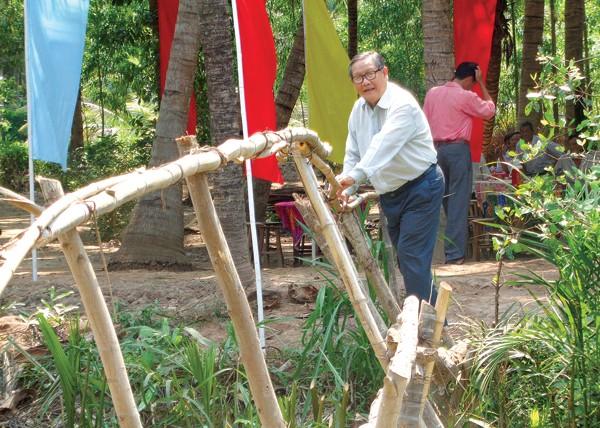 Чинь Ван И внес вклад в ликвидацию примитивных бамбуковых мостов в своем селении - ảnh 1