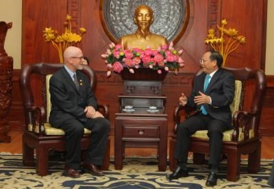 Ho Chi Minh city leader receives US Communist Party Chairman - ảnh 1