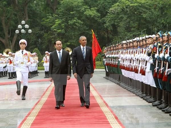 US President Barack Obama begins official visit to Vietnam - ảnh 1