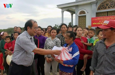 Individuals, organizations nationwide lend helping hands to flood victims - ảnh 1