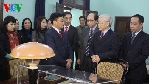 Генсек ЦК КПВ возжёг благовония в память о президенте Хо Ши Мине - ảnh 2