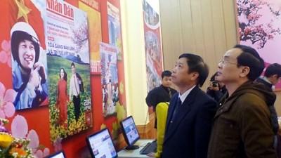 Во Вьетнаме открылись выставки новогодних номеров газет 2014 года - ảnh 1