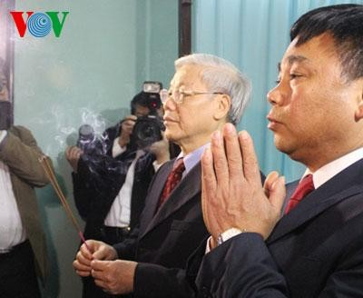 Генсек ЦК КПВ возжёг благовония в память о президенте Хо Ши Мине - ảnh 1