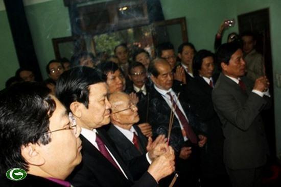 Президент СРВ посетил дом президента Хо Ши Мина в Ханое - ảnh 1