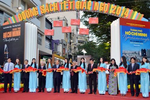 В г.Хошимине открылись улица цветов Нгуенхюэ и улица книг Нового года - ảnh 3