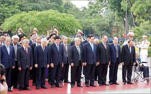 Руководители Вьетнама почтили память павших за Родину героев и посетили мавзолей Хо Ши Мина - ảnh 2