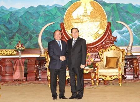 Нгуен Суан Фук нанес визит вежливости высшими руководителям Лаоса - ảnh 1