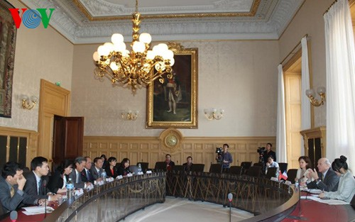 Комитет НС СРВ по юридическим вопросам обменялся опытом с законодательными органами Франции - ảnh 1