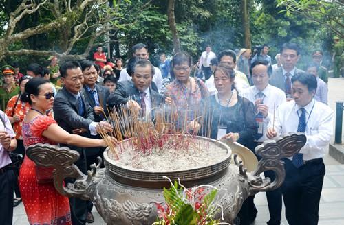 Вьетнамские эмигранты зажгли благовония в храме королей Хунгов - ảnh 1