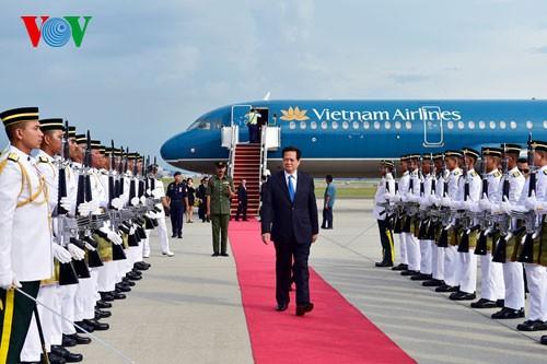 Премьер Вьетнама прибыл в Куала-Лумпур для участия в 26-м саммите АСЕАН - ảnh 1