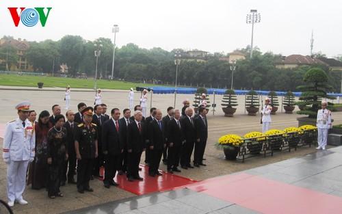 Руководители Вьетнама посетили мавзолей Хо Ши Мина в Ханое - ảnh 2
